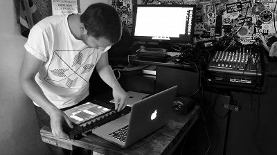 Hydra Takeover - Throwing Snow (Live)  18.08.14 Radio Episode